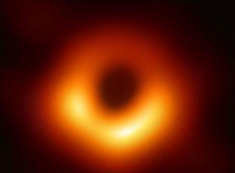 """Έτσι είναι μία """"μαύρη"""" τρύπα - Στη δημοσιότητα η πρώτη φωτογραφία"""